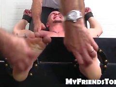 Sveglia fantino Adam è legato in una sedia del solletico per il solletico della