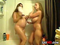 Jeunes filles enceintes en pluie avec un ami