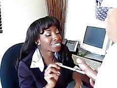 Ebony sekreterare Fucks Guy