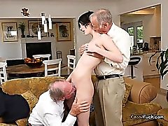 Young lutka ja Alex Harper Gets Jaettu By Old Men