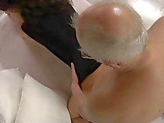 Slyna LITEN väcker och knullar Oldman