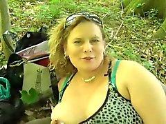 Brutale seks voor een mollige milf in het bos