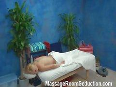 D'Alyssa séduite et la baisée par son de thérapeute de massage de camera cachee