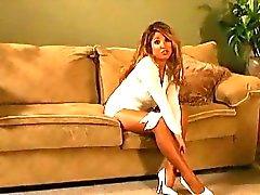 Rondborstige kinky Babe spreidt haar sexy benen