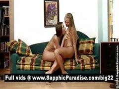 Непослушный брюнетка и блондинка лесби целоваться и раздевание и имеющий лесбийскому сексу