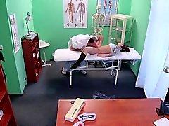 Doktor yalıyor ve çorap hastayı sikikleri
