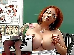 Büyük göğüslü kızıl saçlı öğretmen oyuncaklar onun Muff