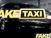 FakeTaxi - turista espanhola com o grande galo do táxi