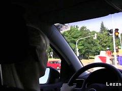 Лесбиянки играют в в машину за рулем европейский oralsex