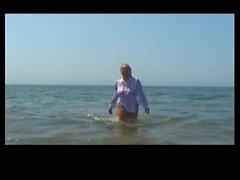 Kumsalda zıplayan kocaman büyük göğüsler