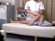 Läkaren kommer till behandla i rävlika bruden samt får en hänsyn till henne