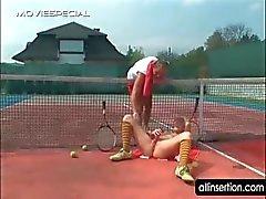 Blonde neukt zichzelf met dildo op het tennis veld