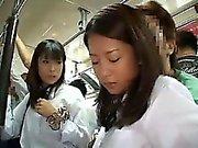 Kahta Schoolgirls haparoi sisään Bus