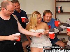 Blondie Chubby Cock Swallower Obtient un Gang Bang Bukkake