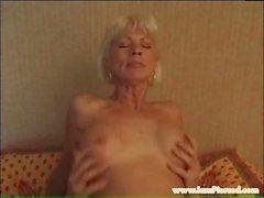 Pierced Granny avec des anneaux de pussy riging jeune coq