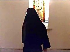 рогатый азиатского монахиню получает трахает проповедник