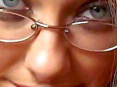 Pinto com tesão com óculos