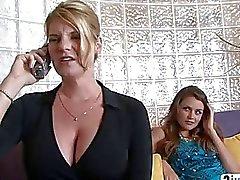 Versaute Babysitter Kleid wie eine reife Frau, einen Mann zu verführen