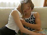 Porra de adolescentes Busty na cama os pais