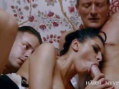 Wunderschöne Kira Queen verwendet zwei Männer zum Vergnügen