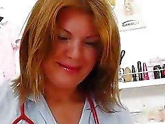 Milf brunette att ha roligt i sjuksköterska utövare uni