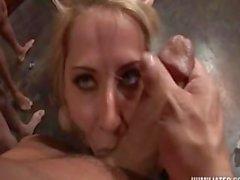 Het Blonde Sucks fort Uppställt kukar För att Femdom Misstress och Master