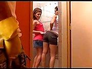 Bir adam iki otoriter ve sıkı kız Kiki ve Sandra sunar