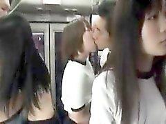 Los adolescentes asiáticos traviesos en ropa de gimnasia llenan sus bocas con h