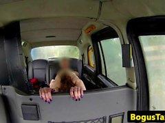 Британский любитель Вызов такси toefucked по заднее сидение