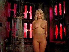 Gros Nichons blond à l'action BDSM de la fessée par son maître