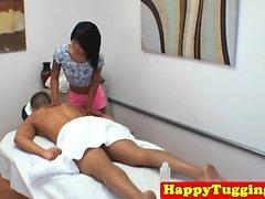 Masseuse asiatique tatouée tirant son client