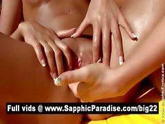 Gouines s'éclatent brunettes Angelic de doigté et la léchant la chatte bord de la piscine