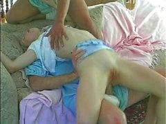 Tiny titted Teen babysitter op zoek geteisterd door grote baby's
