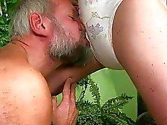 Opa neuken en pist op sexy meisje