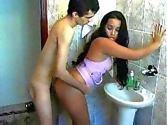 Latina bathroom fickte vor der Arbeit