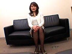 Pantyhosed Востока леди с великолепного заднице сидит на д