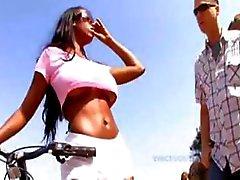Ebony hottie met grote borsten Codi Bryant krijgt sommige cum op haar lippen