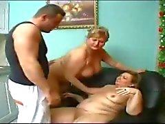 Granny s thake Pflege eines großen Jungen .