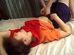 Sexy joven Hikaru obtiene su apretado coño recortado estirado