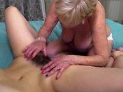 Kinky kypsä lesbo on seksiä kuuma karvainen tyttö