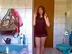 Jóvenes adolescente que turco está la creación de bandas en Bathroom