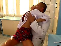 Söpö tyttöystävä peräaukon ruiskuttaminen