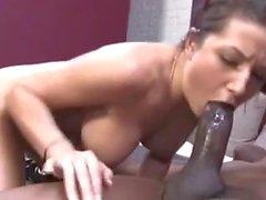 Brunette sveglio succhiare il suo prima grande gallo nero