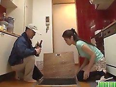 Домохозяйки выходит грязно с дворником