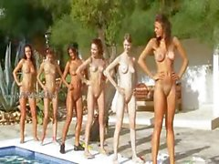 Six femmes nues à la piscine partir France