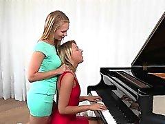 Horn Teen Lesbian förför Hon pianot Läraren