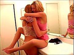 2 blonda lesbisk tonåringar att ha kul på hemmaplan