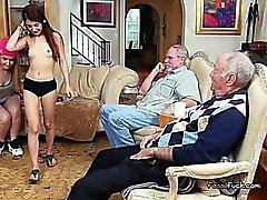 Los adolescentes se rompió Jugar con Rich Viejo hombres por dinero