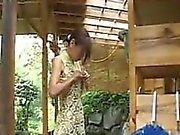 Suloiset tyttö makea ass potkaisee pinkki lelun saattamalla viiltää