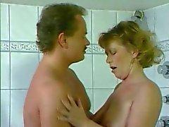 Duitse moeder geneukt in de badkamer